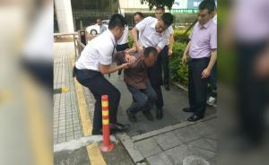 深圳:陌生男搭讪女子后掐喉,保安勇救