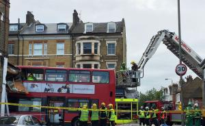 伦敦双层巴士撞入路边商店致6人受伤,2名妇女被困巴士顶层