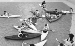 杭州一小学上皮划艇课:在附近小区泳池训练,世界冠军当教练
