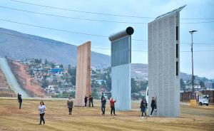 """当地时间2017年11月1日,美国加州圣迭戈,美墨边境竖立着的6家公司设计的8种""""边境墙"""",这些""""边境墙""""将被测试30-60天,以决定哪种设计符合安全需求。视觉中国 图"""