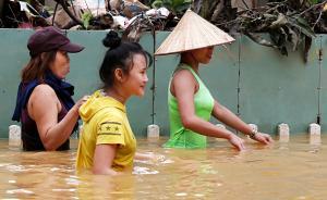 """当地时间2017年11月8日,越南会安,台风""""达维""""横扫越南,被联合国教科文组织列为世界遗产的会安古城被洪水淹没,民众出行困难。台风""""达维""""在越南已造成89人死亡,另有18人失踪。视觉中国 图"""