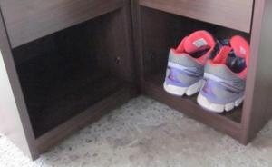 将小区住户门外鞋柜里的11双鞋偷光 ,杭州一男子被刑拘