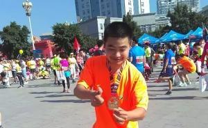 """励志!他7岁才学爬,如今却用单腿""""蹦""""了33场马拉松"""