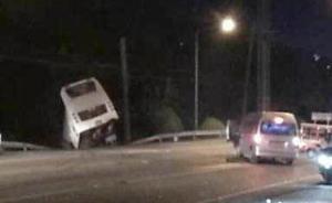 泰国普吉岛一辆载有中国游客的大巴翻车,致20名游客受伤