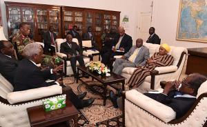 """当地时间2017年11月16日讯,津巴布韦哈拉雷,津巴布韦总统穆加贝(右一)在哈拉雷州议会大厦与ZDF指挥官Constantin Chiwenga将军,Fidelis Mukonori神父和南非特使等官员举行了会谈,穆加贝在会议上说""""拒绝退位要求""""。"""