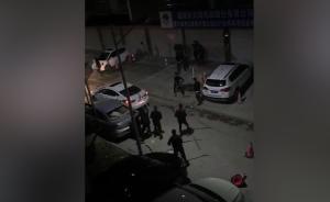 多人持棍斗殴打砸轿车,警方正全力缉捕