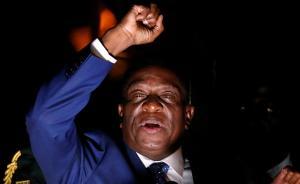 当地时间2017年11月22日,津巴布韦哈拉雷,津巴布韦前副总统姆南加古瓦已从国外返回津巴布韦首都哈拉雷,当地民众热烈欢迎。继21日晚总统穆加贝递交辞呈后,津巴布韦执政党提名姆南加古瓦为总统候选人,直到2018年下半年的总统大选选出新总统。姆南加古瓦现年75岁,深得津巴布韦军方支持。视觉中国 图
