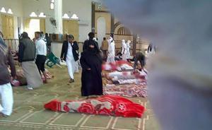 """当地时间2017年11月24日,埃及,埃及北西奈省比尔阿比德的一座清真寺在祷告期间遭遇炸弹袭击事件。袭击事件已造成至少235人遇难,130人受伤。据埃及官员表示武装分子同时乘坐四辆越野车,在采取爆炸袭击的同时还对清真寺内外正在祷告的人群开枪射击。爆炸发生时,寺内或有500人正在祷告。据《纽约时报》报道,""""伊斯兰国""""极端组织(IS)宣布对此次袭击事件负责。视觉中国 图"""