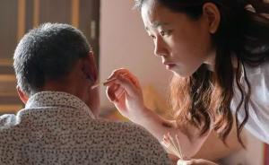 暖闻|24岁女孩辞职回乡照顾患癌养父:他活几天我就陪几天