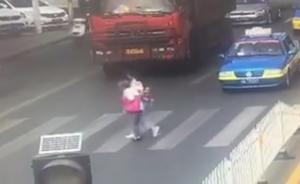女孩搀扶陌生老人过马路,车辆纷纷礼让