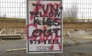 """加拿大现""""杀死中国佬""""涂鸦,因华人家长抗议学校边建避难所"""