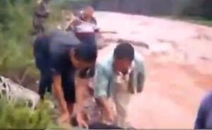 云南大理:司机被困河流,警民联手救援