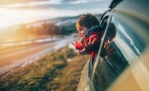 注意,孩子穿羽绒服乘坐安全座椅竟然可能有致命危险