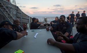 """美国""""麦凯恩""""撞船前照片曝光:官兵甲板垂钓,打扑克玩游戏"""