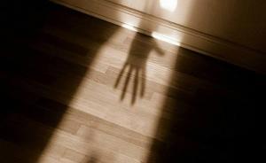 西安一女子因嫌1岁儿子太吵闹扼颈捂被致其死亡,获刑6年