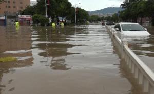 广东惠阳强降雨引发内涝,消防官兵将被困人员背上冲锋舟转移