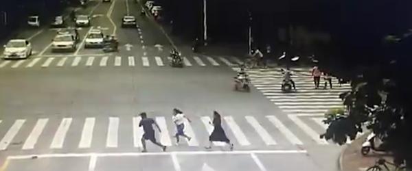 穿长裙高跟鞋抓贼女警:当了18年刑警,事发突然来不及换鞋