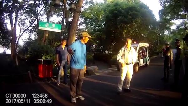 杭州大爷大妈怒怼游泳男子:西湖不是你一人的,需要大家守护