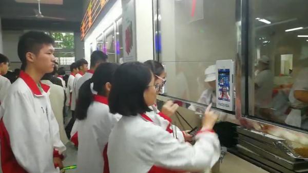 杭州第十一中学食堂,学生通过刷脸识别身份和选餐